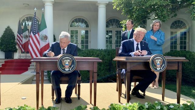 AMLO  y TRUMP firmando un comunicado