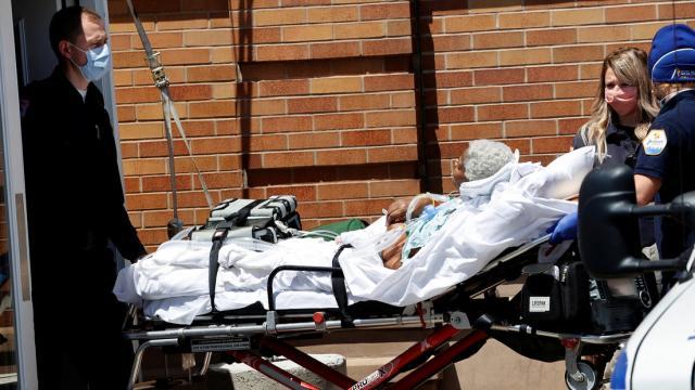 Paramédicos transportan a un paciente en un hospital en Nueva York