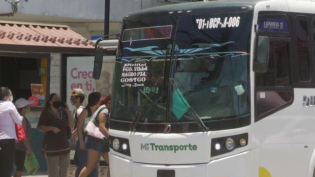 gente abordando transporte público