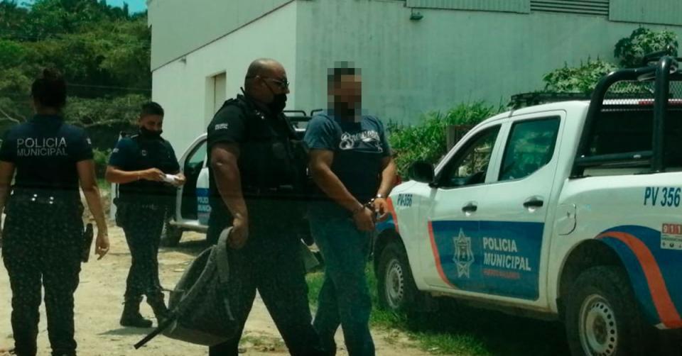 policías arrestando a un sujeto