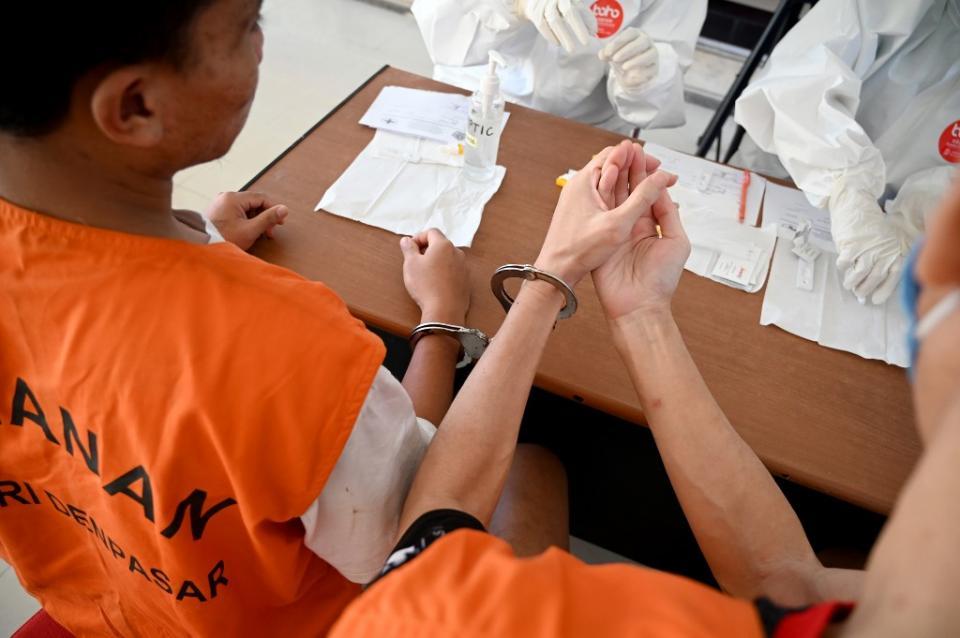 Toma de muestra sanguínea a un prisionero
