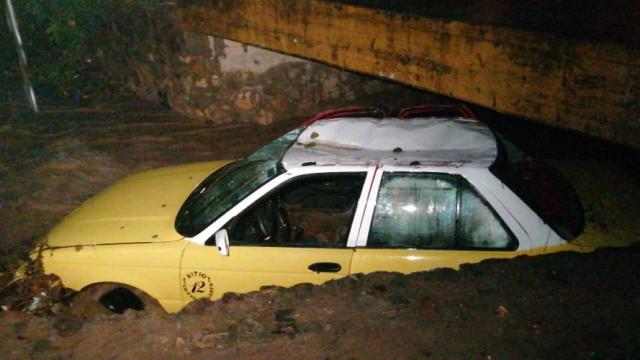 Taxi es arrastrado por un arroyo en Puerto Vallarta