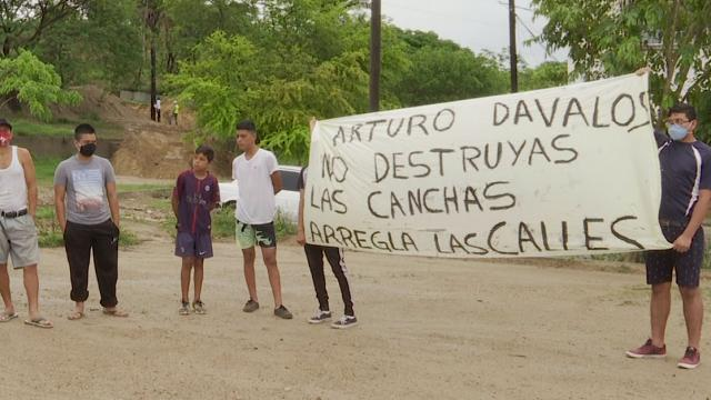 Manifestantes protestan contra Arturo Dávalos en campo verde, Mojoneras
