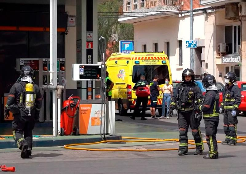 Bomberos atendiendo explosión en España