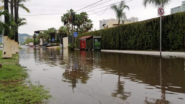 Avenida de ingreso inundada por las lluvias