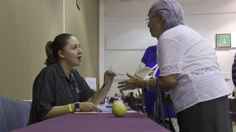 Personal del DIF Vallarta atendiendo a un adulto mayor
