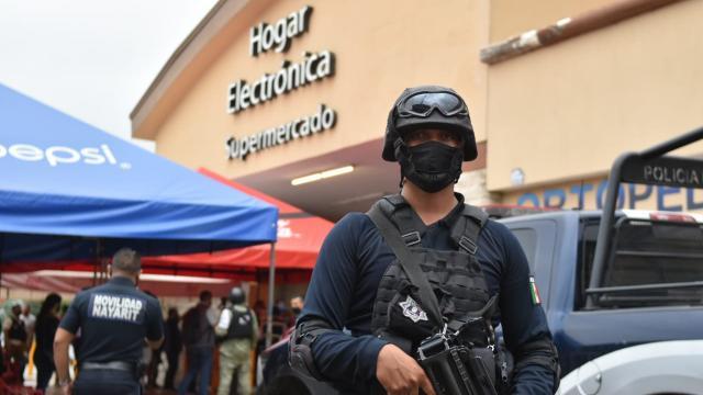 Elemento de seguridad afuera de un centro comercial