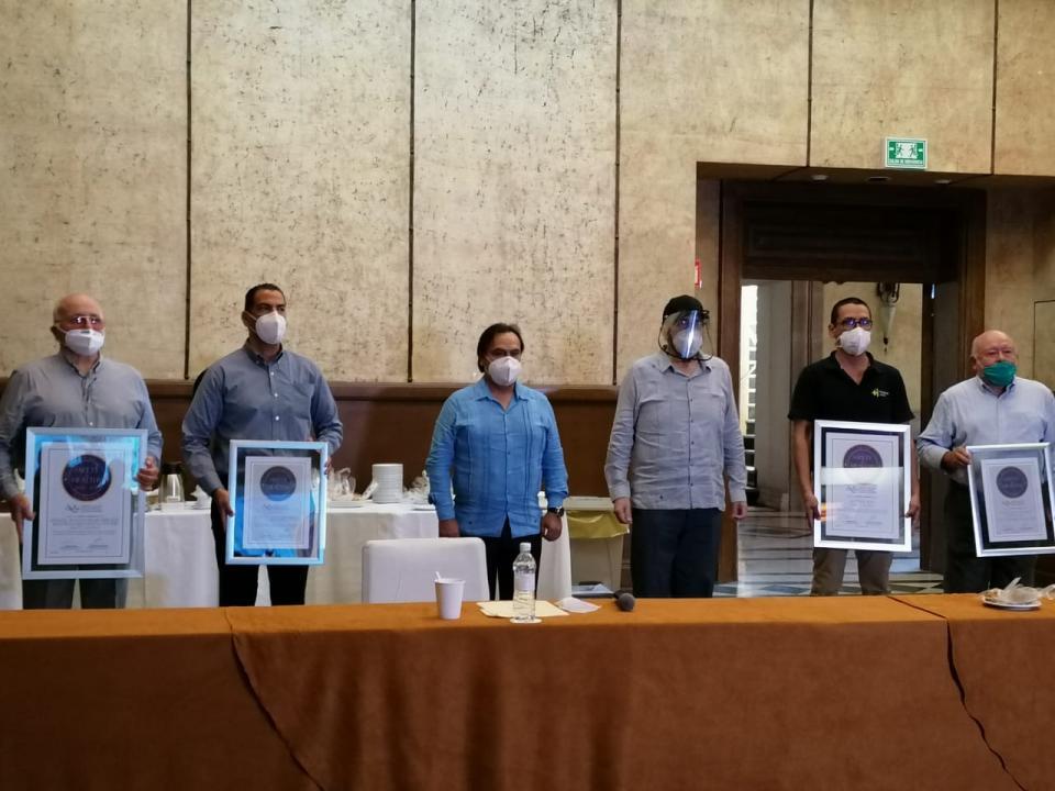 Hoteleros y médicos vallartenses en ceremonia de entrega de sello Safety & Healthy