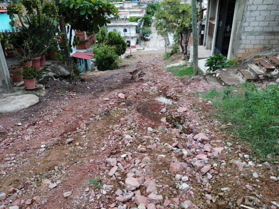 Calle empinada llena de escombro
