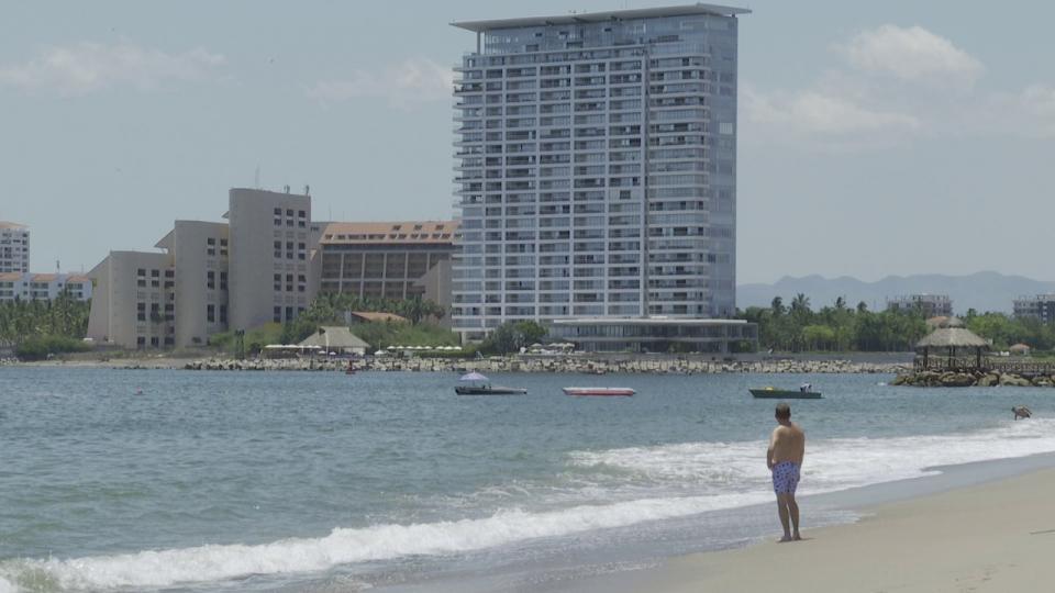 Turista en playa de Puerto Vallarta