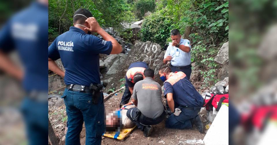 Paramédicos atendiendo a un hombre que intentó suicidarse