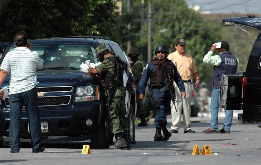 Militares y elementos de la Policía Federal tras enfrentamiento con sicarios
