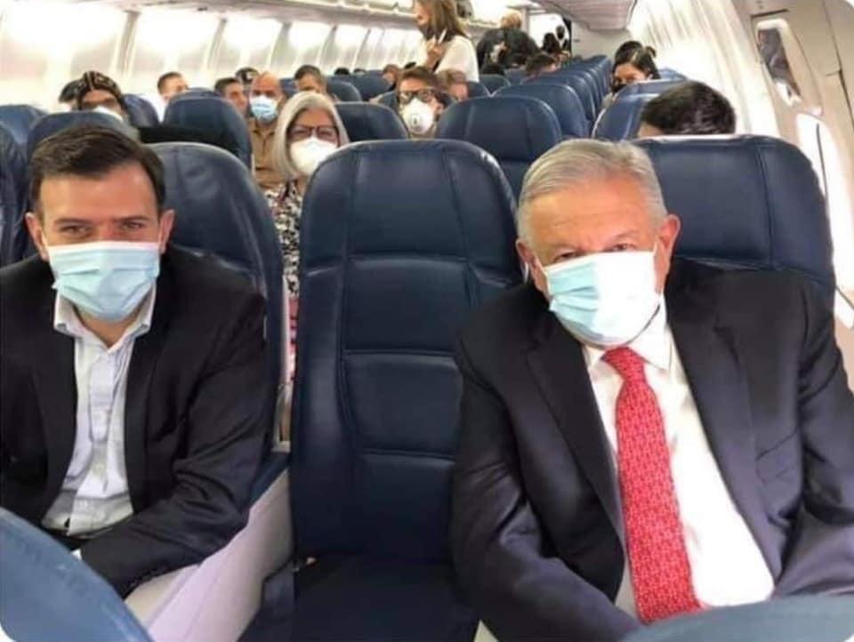 AMLO en avión comercial rumbo a Estados Unidos