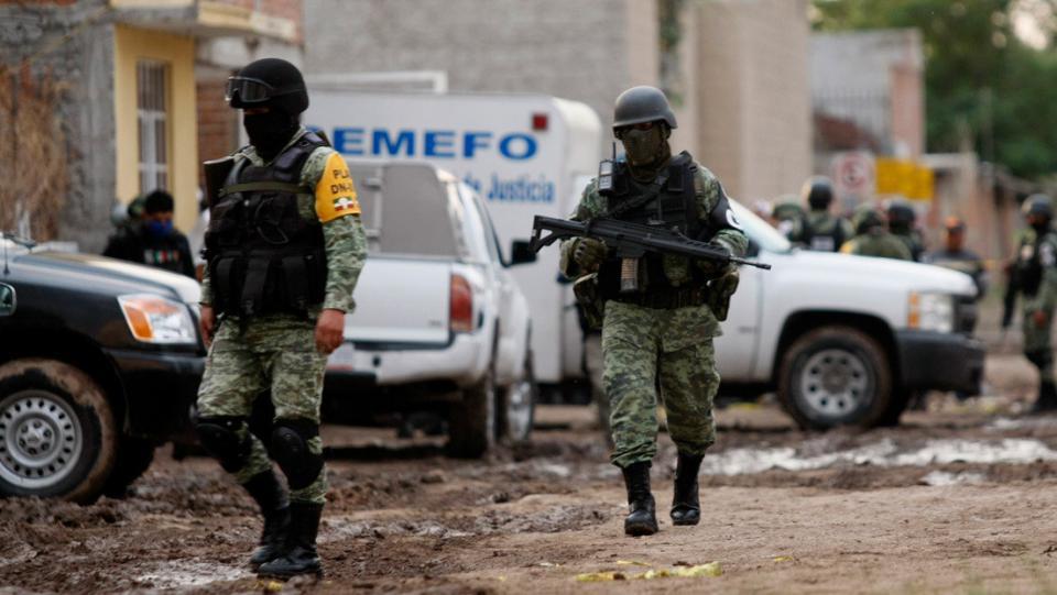 Grupo de militares y una camioneta del SEMEFO