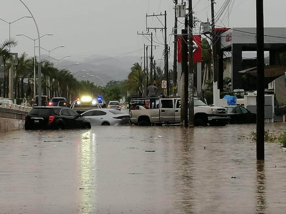 Autos atrapados en una inundación