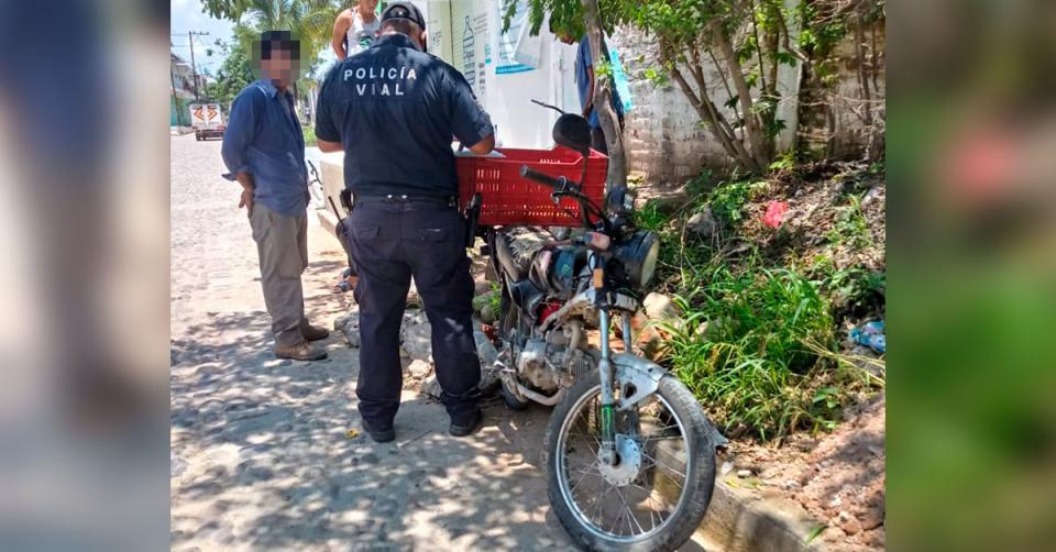 Policía Municipal junto a una motocicleta