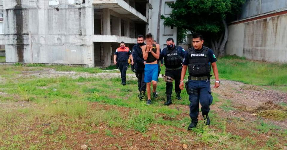 Policías arrestando a un joven