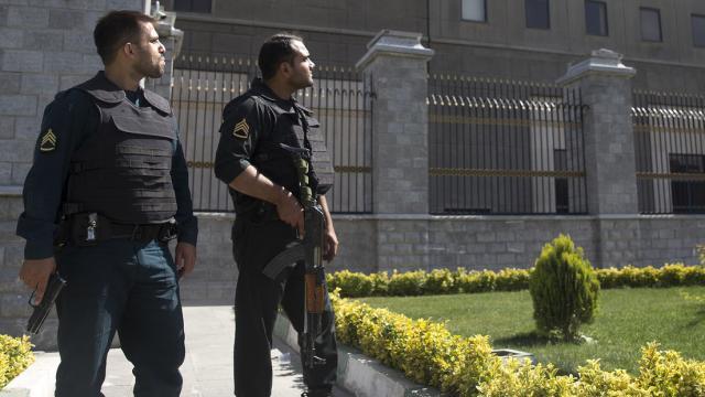dos policías armados