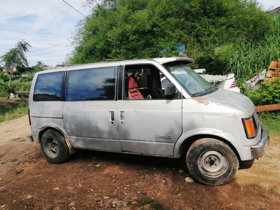 Vehículo con reporte de robo, es recuperado en la calle Estaño y Cobre de la colonia La Mina II.