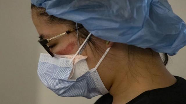 Enfermera fue atacada a golpes por sus vecinos, porque dijeron que los iba a contagiar de coronavirus, presentó un esguince cervical tras el ataque.