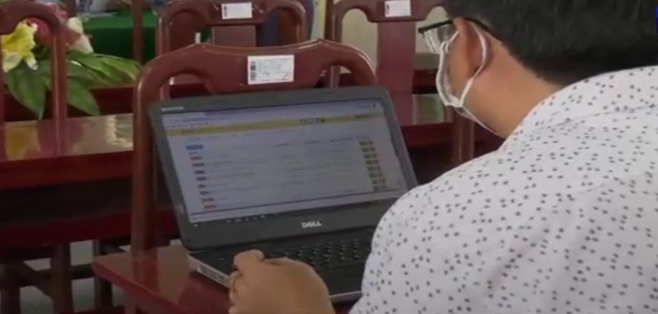 Estudiante tomando clases en línea