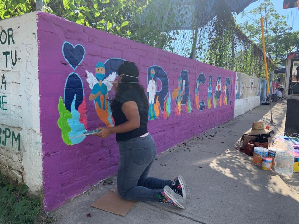 joven pintando mural