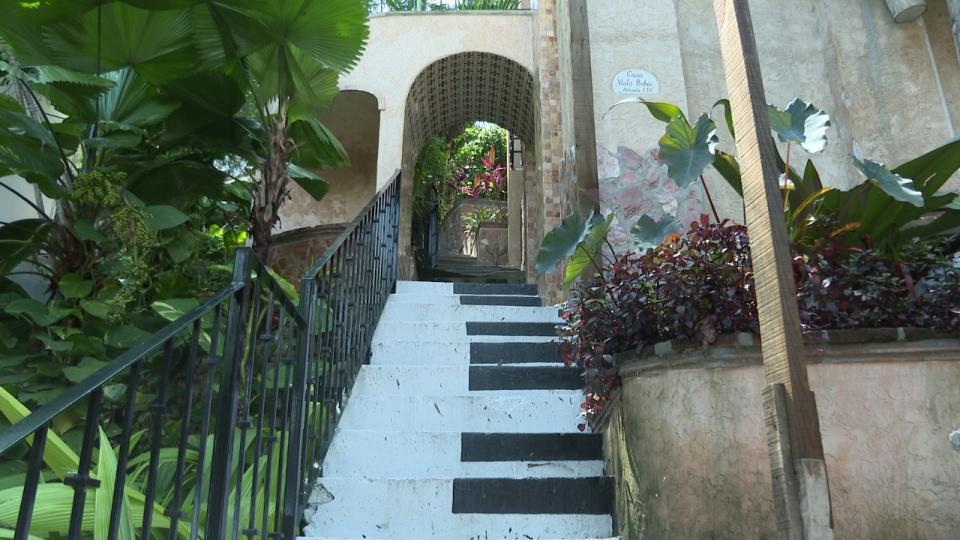 Escaleras pintadas simulando teclas de un piano callejón en la zona centro de Puerto Vallarta