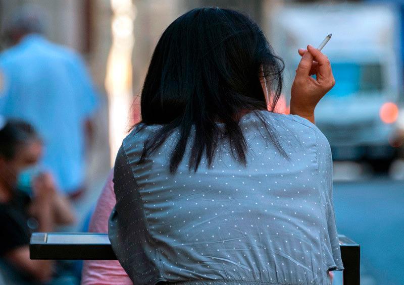 mujer fuma en una terraza de Valencia
