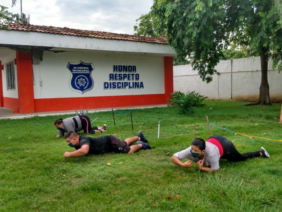 cadetes entrenando en la academia de policía