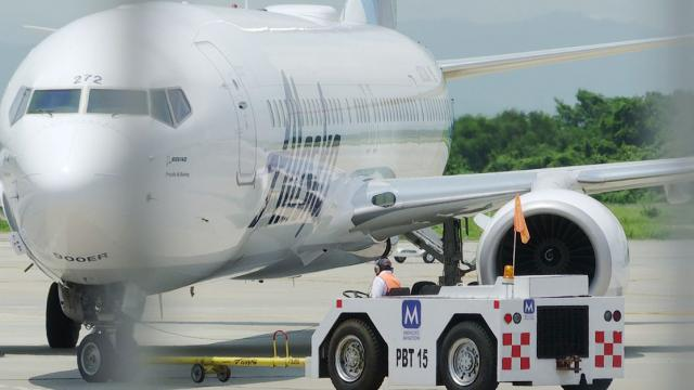 Avión en aeropuerto PV