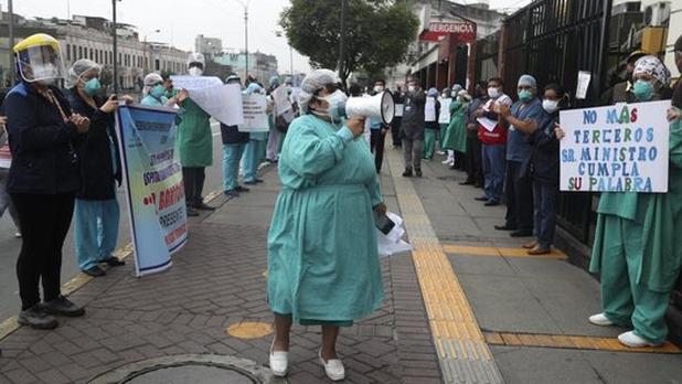 Médicos en Perú protestan por falta de recursos en el país