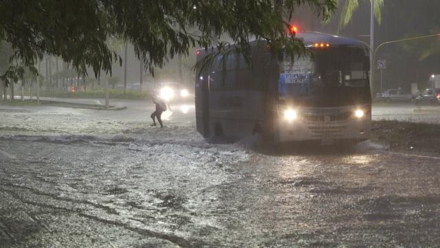 Camión pasando sobre avenida inundada