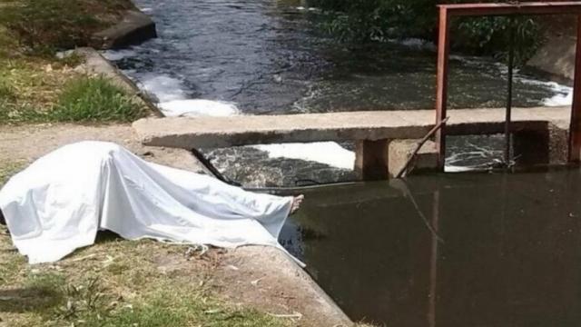 cadáver en un río