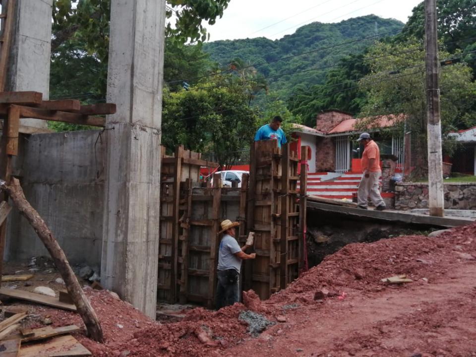 Avanza construcción de puentes colgantes en río Cuale