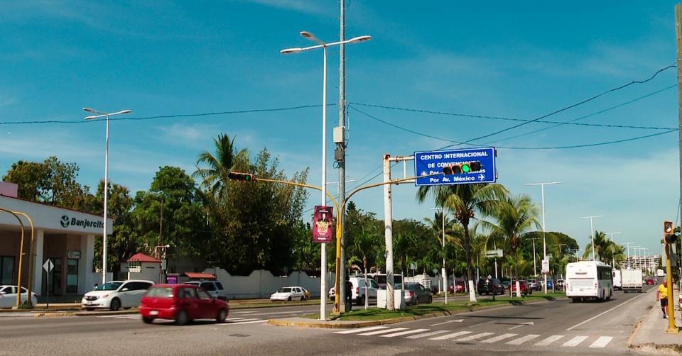Semáforo en avenida de ingreso de Puerto Vallarta
