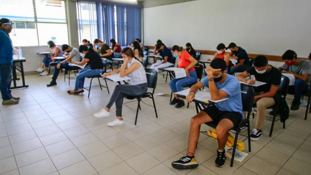 Alumnos en un aula realizando un examen