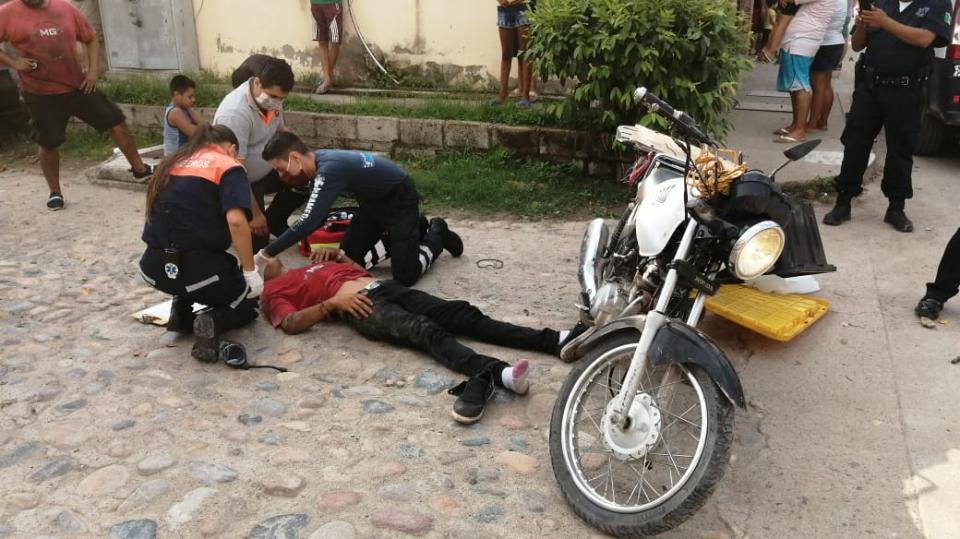 Paramédicos atendiendo a un motociclista