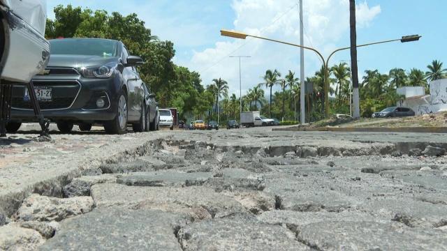 Laterales destruidos en avenida de ingreso