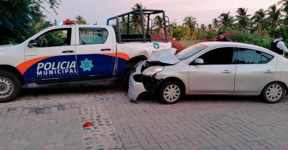 Auto impactado contra una patrulla