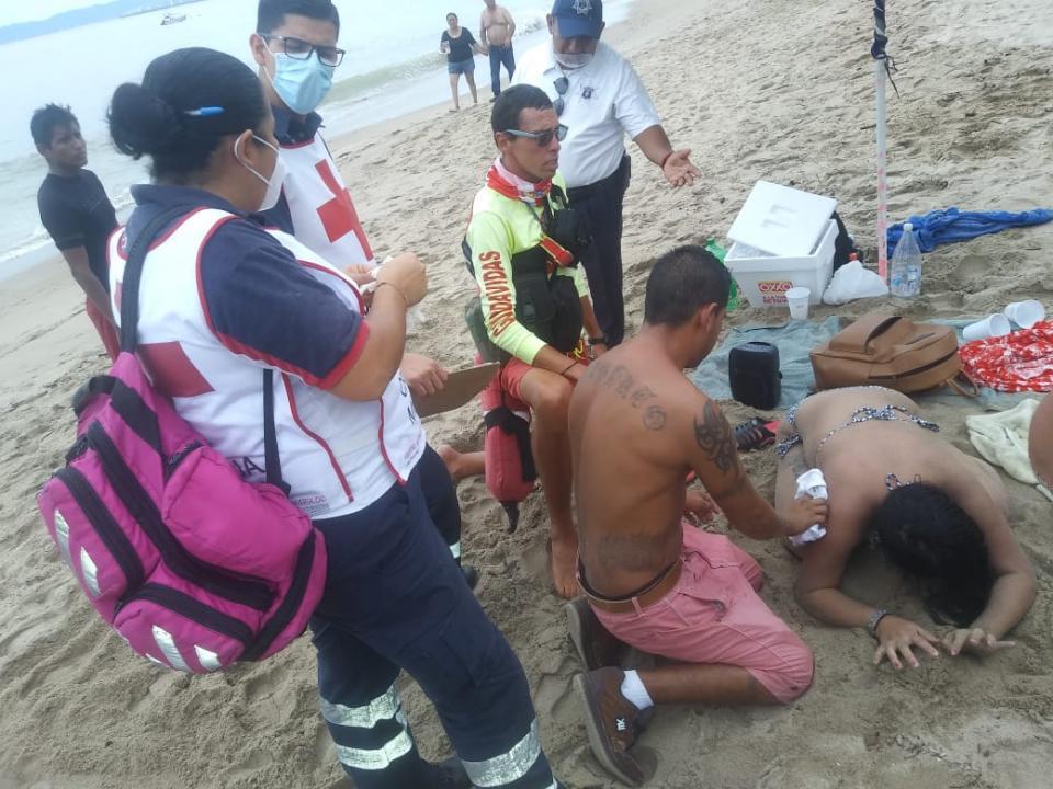 Paramédicos atendiendo a una mujer ahogada