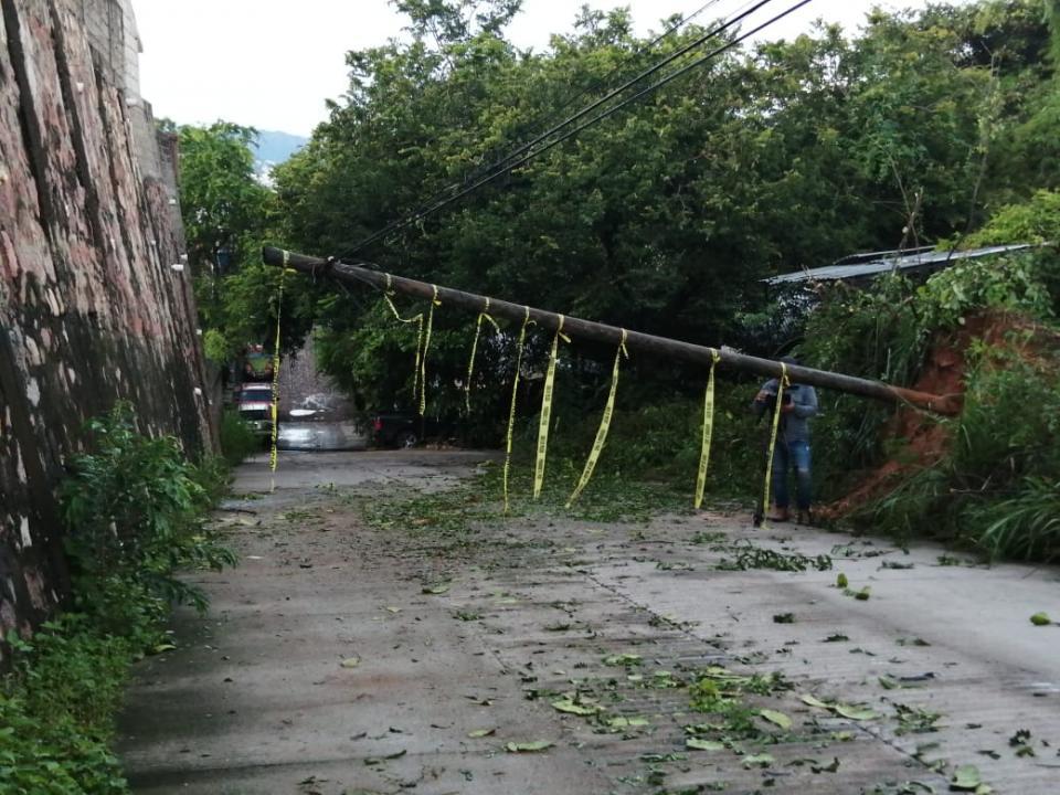 Poste caído sobre avenida
