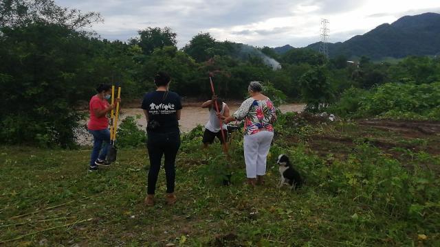 ambientalistas limpiando ribera del río
