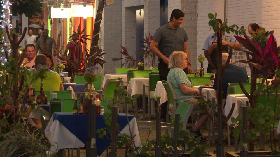Gente comiendo en restaurant de Puerto Vallarta