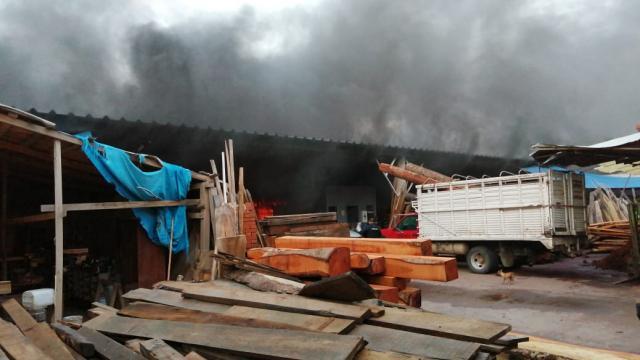 Combaten Bomberos incendio en maderería