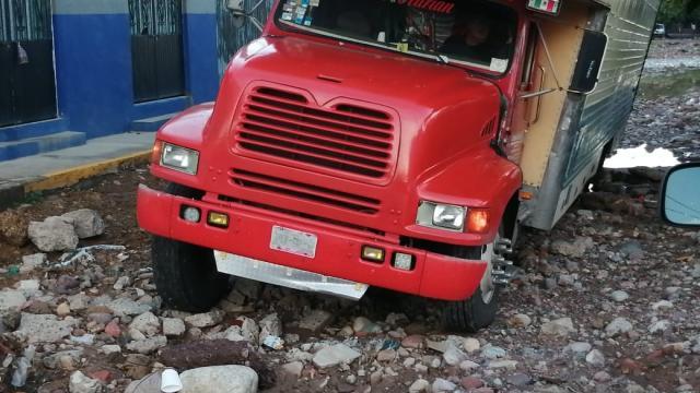 Camión atascado en una calle