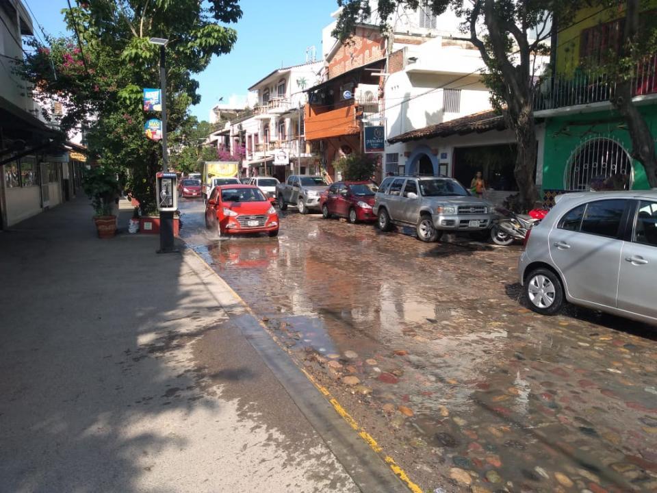 Aguas negras en calle de la Zona Romántica en Puerto Vallarta