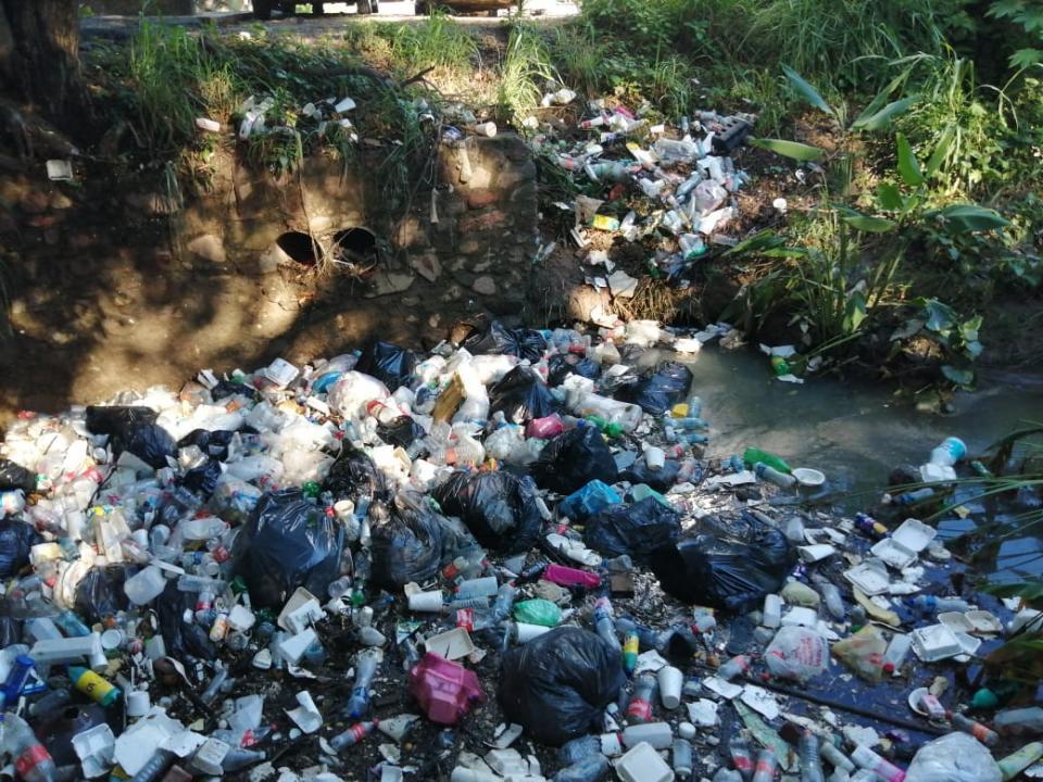 Canal inundado de basura