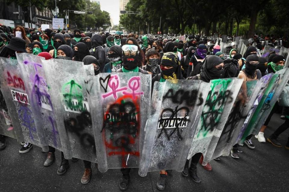 Policías en manifestación feminista