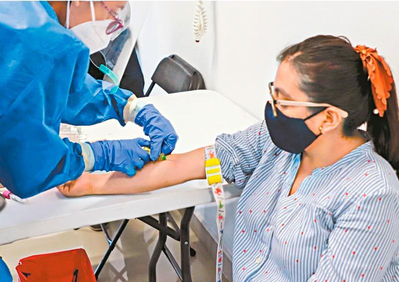 Vacunación a mujer