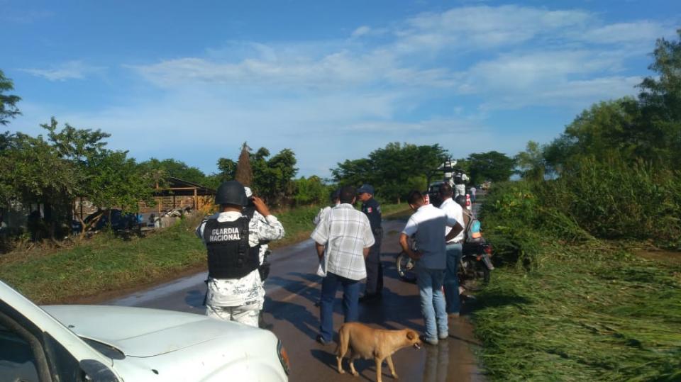 Personal de policía sobre carretera 200